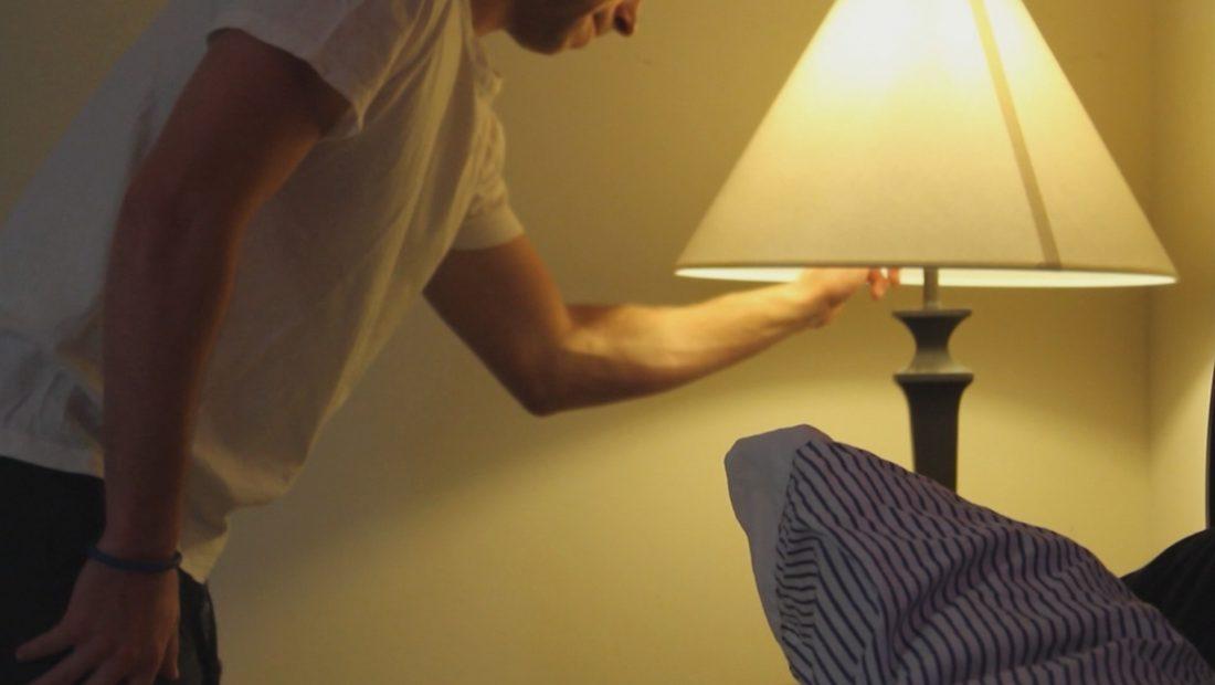 Gjumi me televizorin ndezur mund t'iu shëndoshë, drita dëmton metabolizmin – A2 CNN