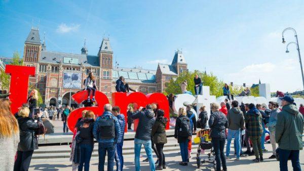 tourists amsterdam 600x338