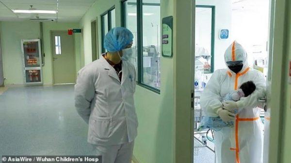 Foshnja 17-ditëshe shërohet nga koronavirusi në Kinë