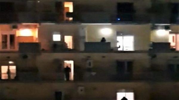 Ka gëzim edhe në kohën e koronavirusit, napoletanët këndojnë në ballkonet e tyre