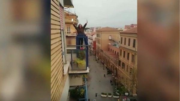 Këngë nga ballkoni, Italia në kor kundër koronavirusit