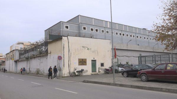 """Koronavirusi në Shqipëri/ Karantinë në çdo burg, biseda në """"Skype"""" me familjarët"""
