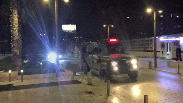 Ushtria ngre postblloqet edhe në Durrës, kontrollohen kafet dhe restorantet
