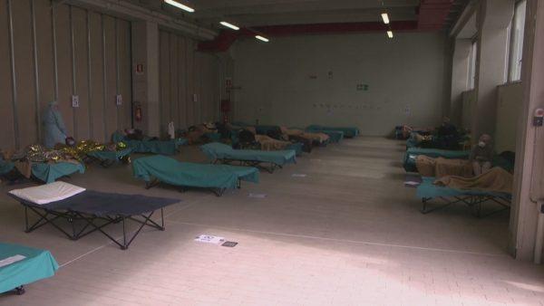 Spitale të tejmbushura në Itali. Shumë pacientë, nëpër tenda
