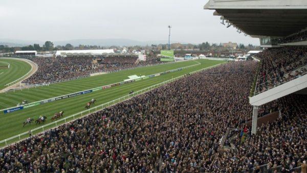 Në Evropë anulohen eventet, por në Britani pritet që 260 mijë veta të mblidhen për garën e kuajve