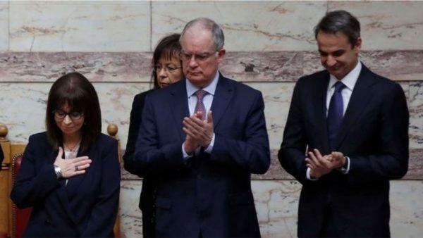 Betohet presidentja e re greke, nuk ka shtrëngim duarsh, shkak…koronavirusi