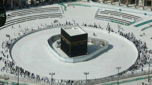 Rihapet xhamia e madhe në Mekë, por nuk lejohet të preket Qabeja