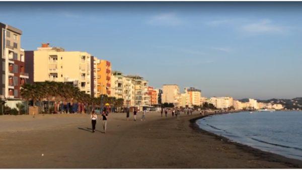 """Dyndje"" në Durrës, distancimi mbetet problematik"