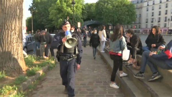 Francezët me birra buzë Senës, autoritetet shpërndajnë turmën, ndalohen pijet alkoolike