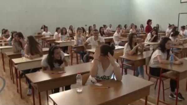 Pas 12 javësh maturantët rikthehen në shkollë