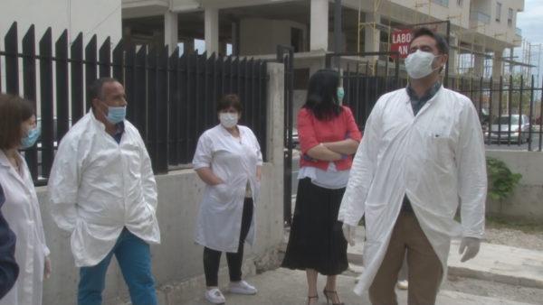 Protestojnë punonjësit e shëndetit në Durrës, kërkojnë shpërblimet