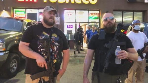 """""""Para se të kishte policë, kishte amerikanë"""", civilët e armatosur mbrojnë dyqanin nga plaçkitësit"""