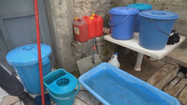 Mungon uji i pijshëm, banorët e Ormanit: Edhe kur vjen është i ndotur