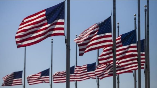 Flamujt amerikanë në gjysmështizë për viktimat nga koronavirusi