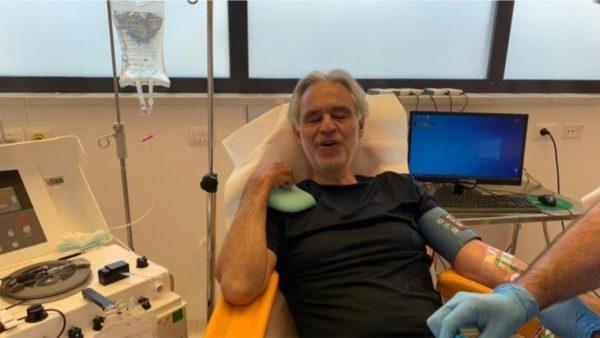 Andrea Boccelli dhuron plazmën për të sëmurët me Covid-19
