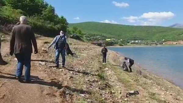 Gazetarët pastrojnë Liqenin e Fierzës, sensibilizim për autoritetet dhe qytetarët