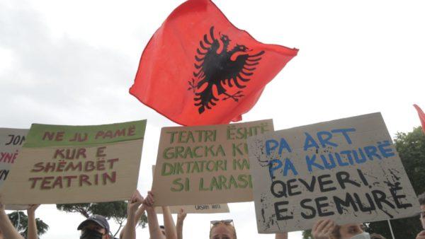 Protesta e dytë për Teatrin Kombëtar në foto