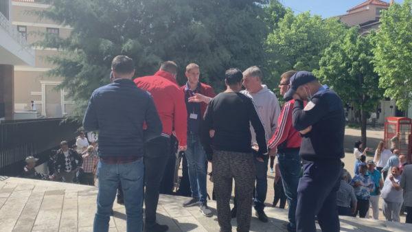 Protestojnë tregtarët në Korçë, duan hapjen e tregut të rrobave të përdorura