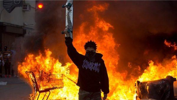 Tjetër natë zjarri në SHBA. Vijojnë protestat kundër racizmit, shënohen 3 viktima