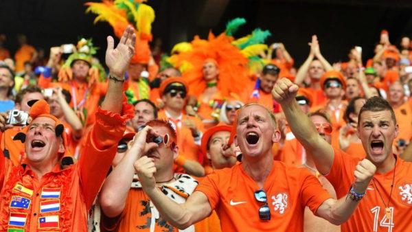 Holanda lejon tifozët në stadiume, por me kushtin që të mos këndojnë