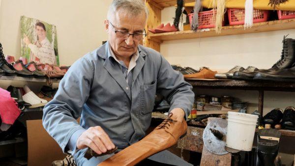 Këpucari rumun krijon këpucët anti-Covid