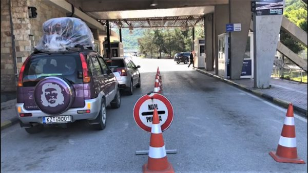 Greqia hap kufijtë me Shqipërinë, lejohen fluturimet, kufizime për lëvizjet rrugore dhe detare