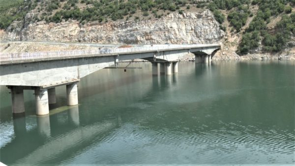 Ulen prurjet në liqenin e Fierzës, hidrocentrali punon me 2 turbina