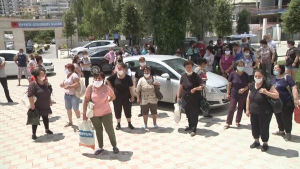 Infektimet me Covid, ISHSH mbyll fasonerinë në Vlorë, punonjëset protestojnë