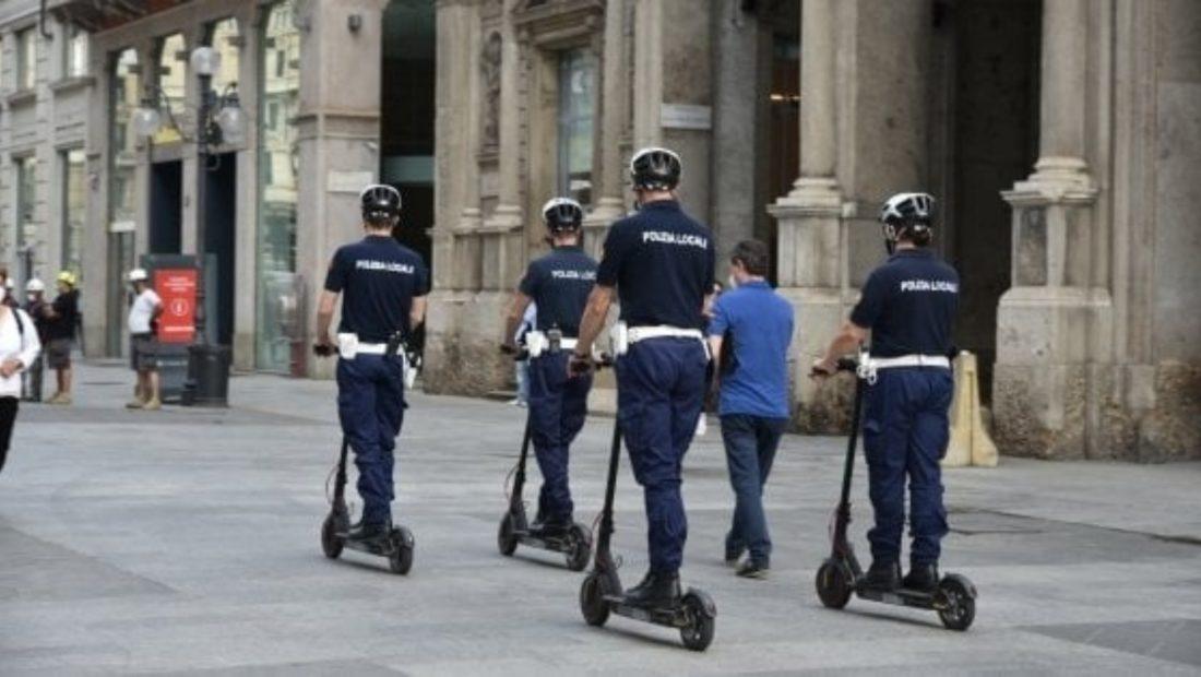 Policia me monopatina ne itali 1100x620