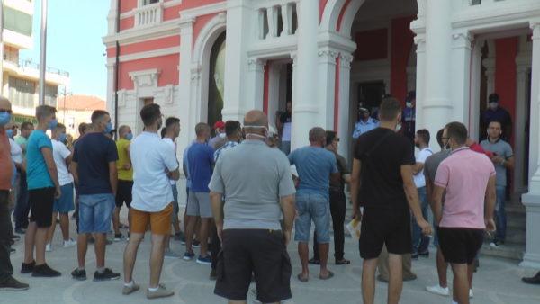 IKMT në Zvërnec, përfaqësuesit e bizneseve në protestë para bashkisë
