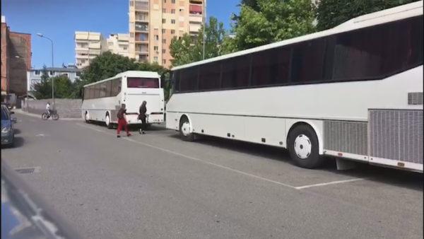 Transporti ndërqytetas/ Autobusët hapin dyert, por mungojnë udhëtarët