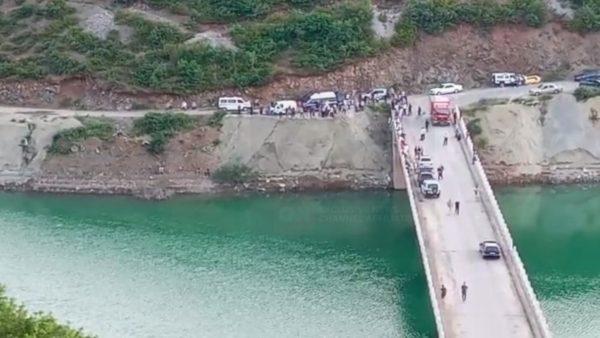 Kamioni del nga rruga dhe përfundon në liqenin e Fierzës, kërkohet nën ujë 37-vjeçari
