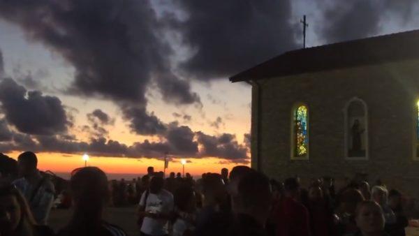 Me mijëra besimtarë e kalojnë natën në Kishën e Laçit