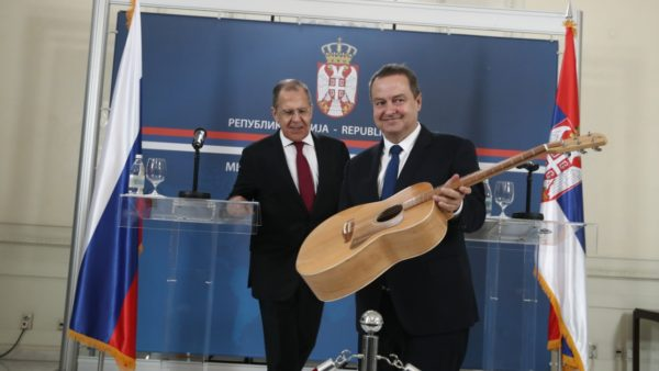 Lavrov në Beograd, i dhurohet një kitarë për 70-vjetorin e lindjes