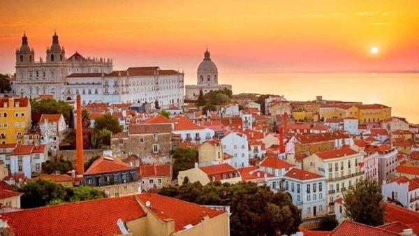 """Portugalia fton turistët, promovon veten si """"opsion të sigurt"""""""