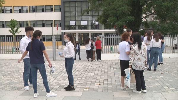 Maturantët në Vlorë, emocione dhe stres në provimin e parë