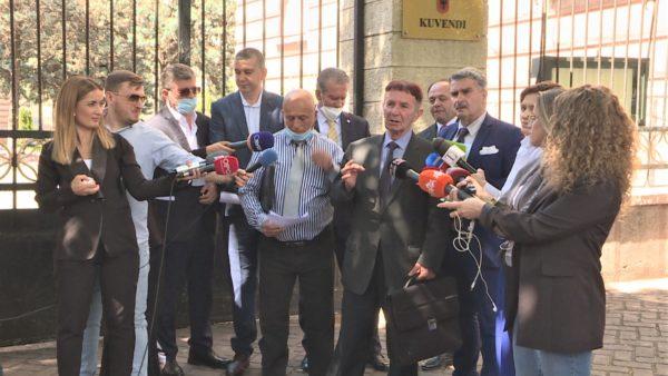 """Ndryshimi i kushtetutës për listat, """"luftë"""" firmash mes deputetëve të opozitës"""