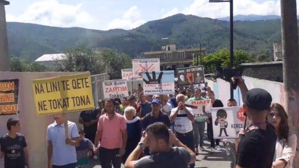"""""""Na lini të qetë në tokat tona"""", banorët e Labinot Fushës në protestë"""