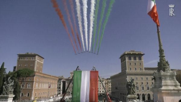 Italia i rikthehet festave, spektakël në qiell