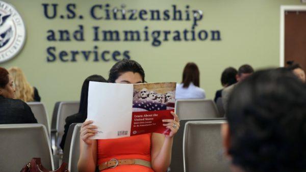 """Trump ''ngrin'' emigracionin, nuk ka """"green card"""" dhe viza pune deri në fund të 2020"""
