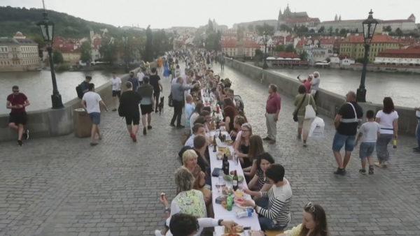 Lamtumirë koronavirusit në Çeki! Mijëra vetë në tryezën 500 metra të gjatë
