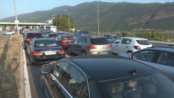 Sezoni turistik, me mijëra shtetas kosovar drejt plazheve të Durrësit dhe Shëngjinit