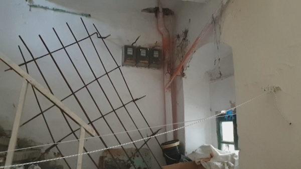 Të harruar pas tërmetit, të moshuarit jetojnë në banesën e pabanueshme