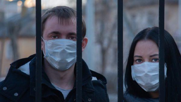 Shkencëtarët në Britani: Mos dilni pa maskë, thelbësore për frenimin e pandemisë