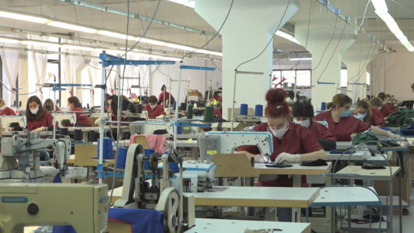 Fasonët ndryshojnë kurs, prodhojnë maska e veshje mjekësore