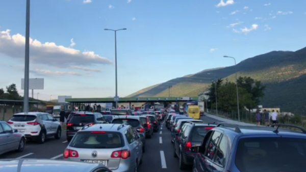Gati 10 mijë pushues nga Kosova kalojnë kufirin me Shqipërinë këtë të shtunë