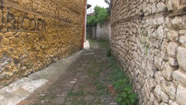 Rrugicat me mbeturina dhe shiringa droge në kalanë e Elbasanit