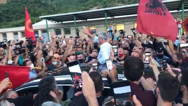 Ja si pritet Hashim Thaçi në kufirin e Kosovës me Shqipërinë