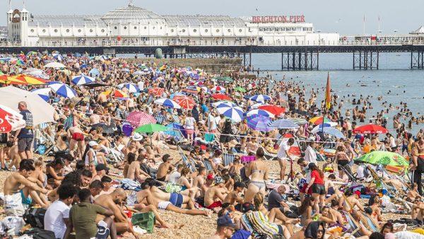 Britanikët nuk duan t'ia dinë, mbipopullohen plazhet anembanë vendit