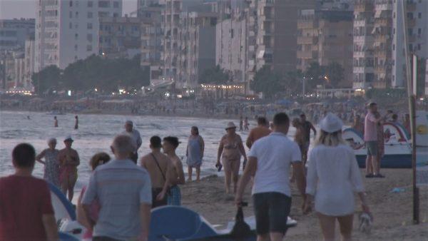 Mbrëmje gushti në Durrës, masa mbrojtëse nga COVID-19 dhe dëshirë për pushime